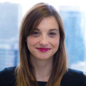 SARAH HOUDE Gestionnaire passionnée d'affaires publiques, Sarah Houde a évolué dans des contextes nationaux et internationaux, tant dans le secteur privé qu'en OBNL, et a assumé diverses responsabilités en développement de partenariats stratégiques, opérations et évaluations de programmes, marketing, commerce électronique, communications internes et externes et événements spéciaux. Elle est directrice générale de Fusion Jeunesse depuis février 2014, un organisme de bienfaisance créé au Québec en 2009, qui crée des partenariats innovateurs entre plus de 12 universités et 100 écoles au Québec et en Ontario afin de contrer le décrochage scolaire et renforcer l'adéquation formation-emploi et ce, avec l'appui humain et financier de centaines de partenaires corporatifs, publics et philanthropiques. Avec ses 33 employés dans ses 5 bureaux et ses 200 coordonnateurs de projet à l'œuvre dans les écoles, Fusion Jeunesse fait une réelle différence auprès des élèves du primaire et du secondaire en implantant des projets qui les motivent, les stimulent, les interpellent et les engagent. Elle a auparavant assumé diverses fonctions dans le secteur philanthropique, notamment comme responsable des communications francophones à UNICEF Canada et directrice, valorisation et communications chez Avenir d'enfants, le Fonds de 400 millions de dollars créé par le gouvernement du Québec et la Fondation Lucie et André Chagnon dans le but de favoriser le développement global des enfants de moins de 5 ans. Elle a également œuvré dans le secteur privé (projet de parachèvement de l'autoroute 30, Groupe Archambault) et a effectué un passage en politique. Elle est titulaire d'un DESS en Gestion de HEC Montréal, d'une maîtrise en Développement international de McGill, d'un baccalauréat en Science politique de l'Université de Montréal et d'un certificat en Communications de l'Université de Montréal. Elle est l'heureuse maman de deux jeunes enfants et s'impliquent activement dans le CPE et l'école qui 