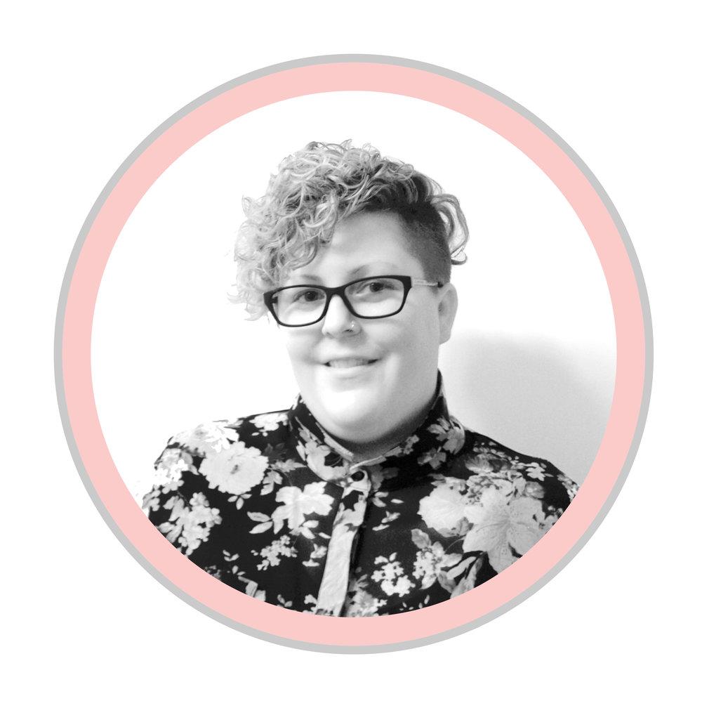 """JAMIE ZARN   Coordonnatrice au centre d'Edmonton   La connexion et l'appartenance ont toujours été une quête profonde pour Jamie. Elle a découvert que ces caractéristiques se retrouvaient souvent dans les endroits où elle vivait en communauté profonde, comme les camps d'été, Katimavik et Next Up. Cela l'a inspirée à s'engager dans la facilitation communautaire dans le but crée du changement positif.   En faisant ce travail, elle terminait son baccalauréat en travail social. Elle a passé son temps apprendre et à désapprendre les façons dont les systèmes oppressifs se sont infiltrés dans la vie de tous les jours. Son objectif est d'utiliser des théories et des façons de pratiquer au sein d'une pratique anti-oppressive et de construction communautaire.  Ce travail a débouché sur de nombreuses opportunités passionnantes pour Jamie. Elle était engagée dans la construction de la communauté et la réduction de l'isolement social avec les personnes âgées. Ce travail lui a donné une expérience incroyable de travailler avec des adultes plus âgés qui ont développé leurs propres projets communautaires dans leurs communautés. Au cours de ce travail, la regrettable société de dichotomie et la culture contre les jeunes et les moins jeunes ont été mises en avant. Cela a révélé une profonde frustration de tant d'incompréhension de l'impact de """"l'âgisme"""".  Jamie est enthousiaste de travailler avec les jeunes, encore une fois, pour créer un espace pour que les gens jouent un rôle actif et amplifient leur voix démocratique. Espérant inspirer les autres à penser différemment des milleniaux."""