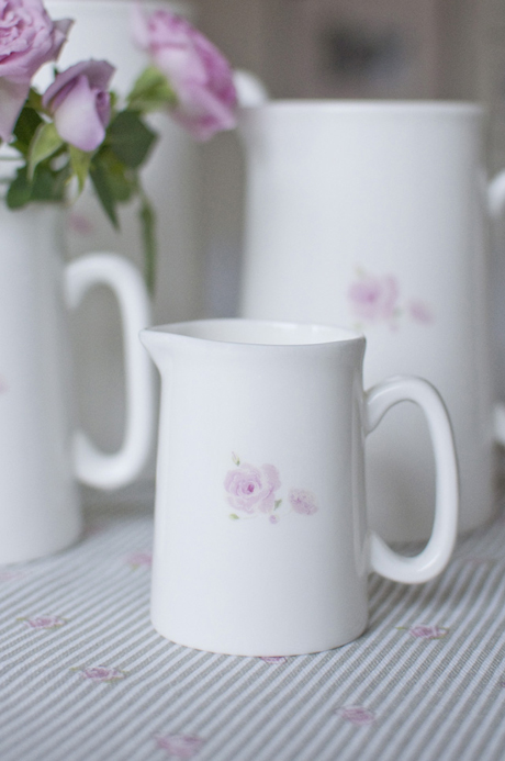 MJER00-Rose-Solo-Mini-Jug-Lifestyle-Low-Res