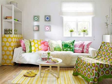 colorful-living-room-in-Scandinavian-summer-cottage1