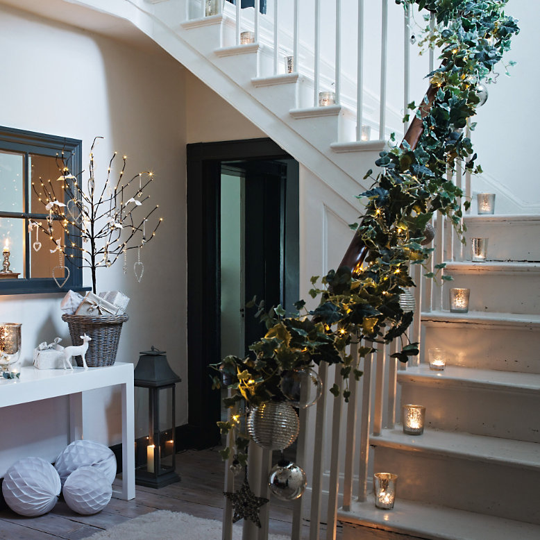 20 Magical And Crafty Ways To Decorate An Indoor Staircase: Getting Ready For Christmas