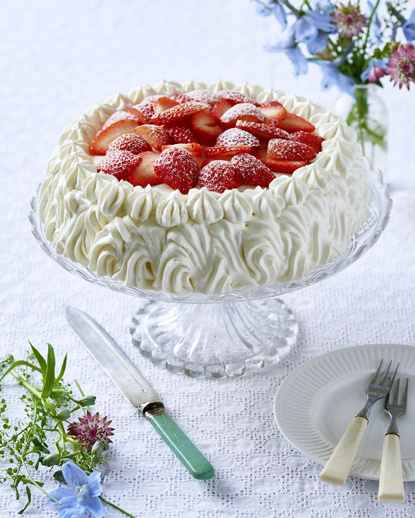 Strawberry Midsummer Cak