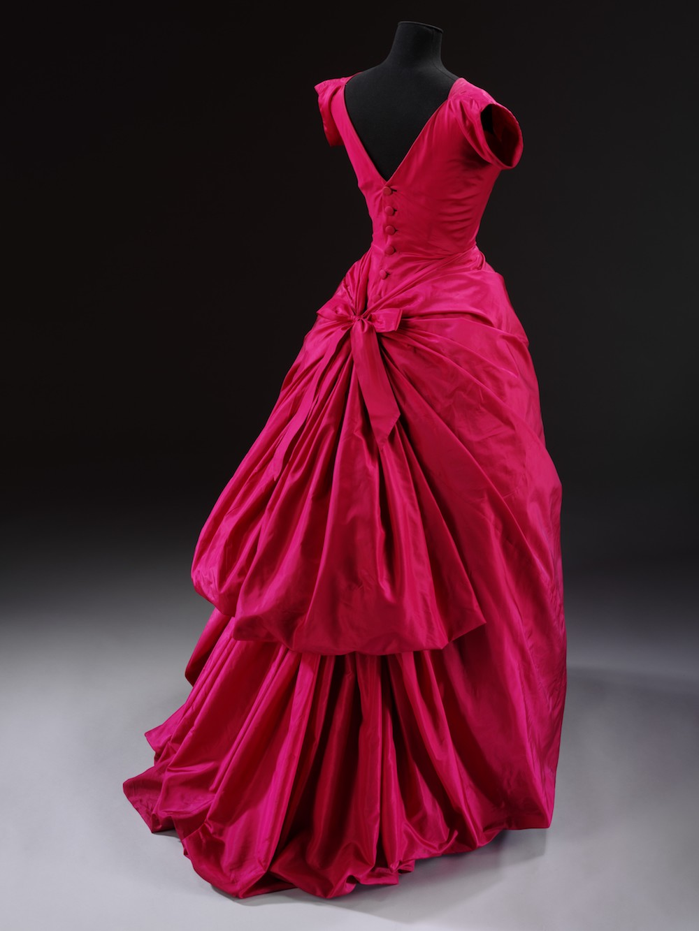 Evening dress, silk taffeta, Cristóbal Balenciaga, Paris, 1955 © Victoria and Albert Museum, London