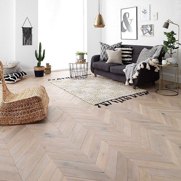 How beautiful is this chevron parquet flooring in Goodrich Haze Oak by @wearewoodpecker?! They have a sense of the geometric, evoking the clean, interesting lines that we love in today's minimal home design. ♥️👌🏼 [sp] #interiordesign #hearthomemag #parquetflooring #decor