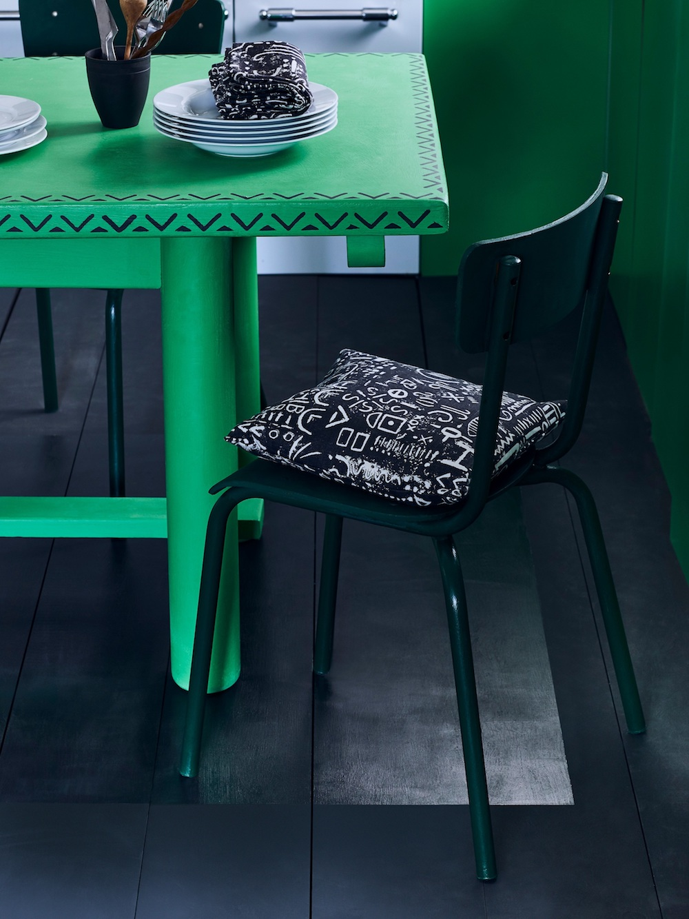Annie Sloan - Kitchen - Chalk Paint in Antibes Green, Graphite floorboards with Gloss Lacquer detail - Lifestyle - Portrait (2).jpg