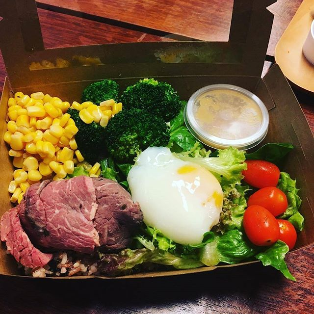 What's in this magical box? Mixed-grain sushi rice, onsen egg, deli roast beef, broccoli, corn, lettuce, spinach, cherry tomatoes, and more. Fuel. #shinkanseneats (photo by @lizbabeyyy)