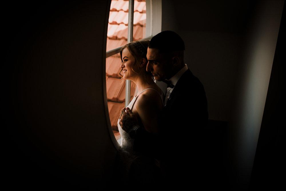 Bryllupsbilder innendørs, bryllupsfotograf Bergen, bryllupsbilder i regn, bryllupsbilder hva gjør vi om det regner?