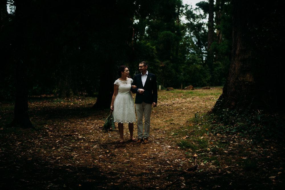 Bryllupsfotograf i Bergen_utendørs seremoni_seremoni i skog_utebryllup