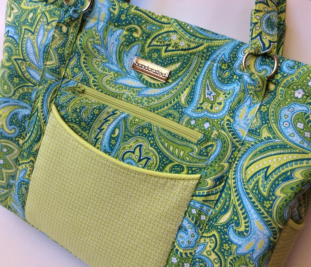 I like the look of the exterior slip pockets on this tote.  They are made with an accent fabric  - a slight variation from the way the pattern is written, but it shows you that there are different ways to add your own signature to this pattern.