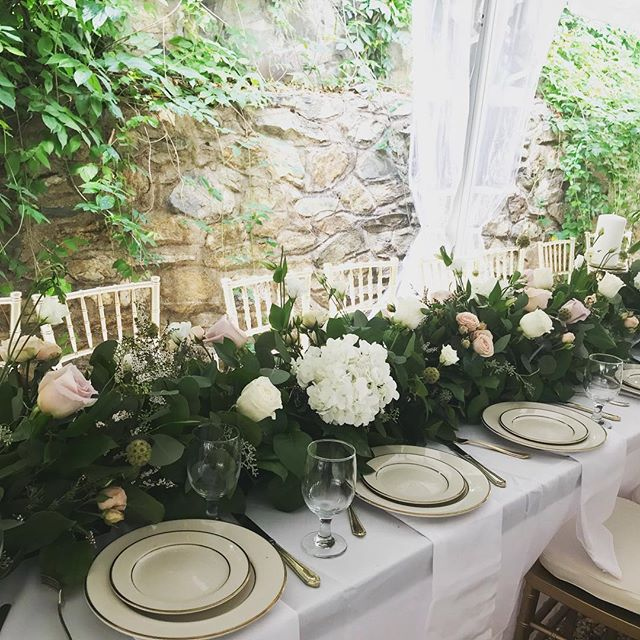 Stunning head table flowers by @faridafloral @highholdborne #virginiabride #highholdborne #weddinginspo #dcbride #marylandbride