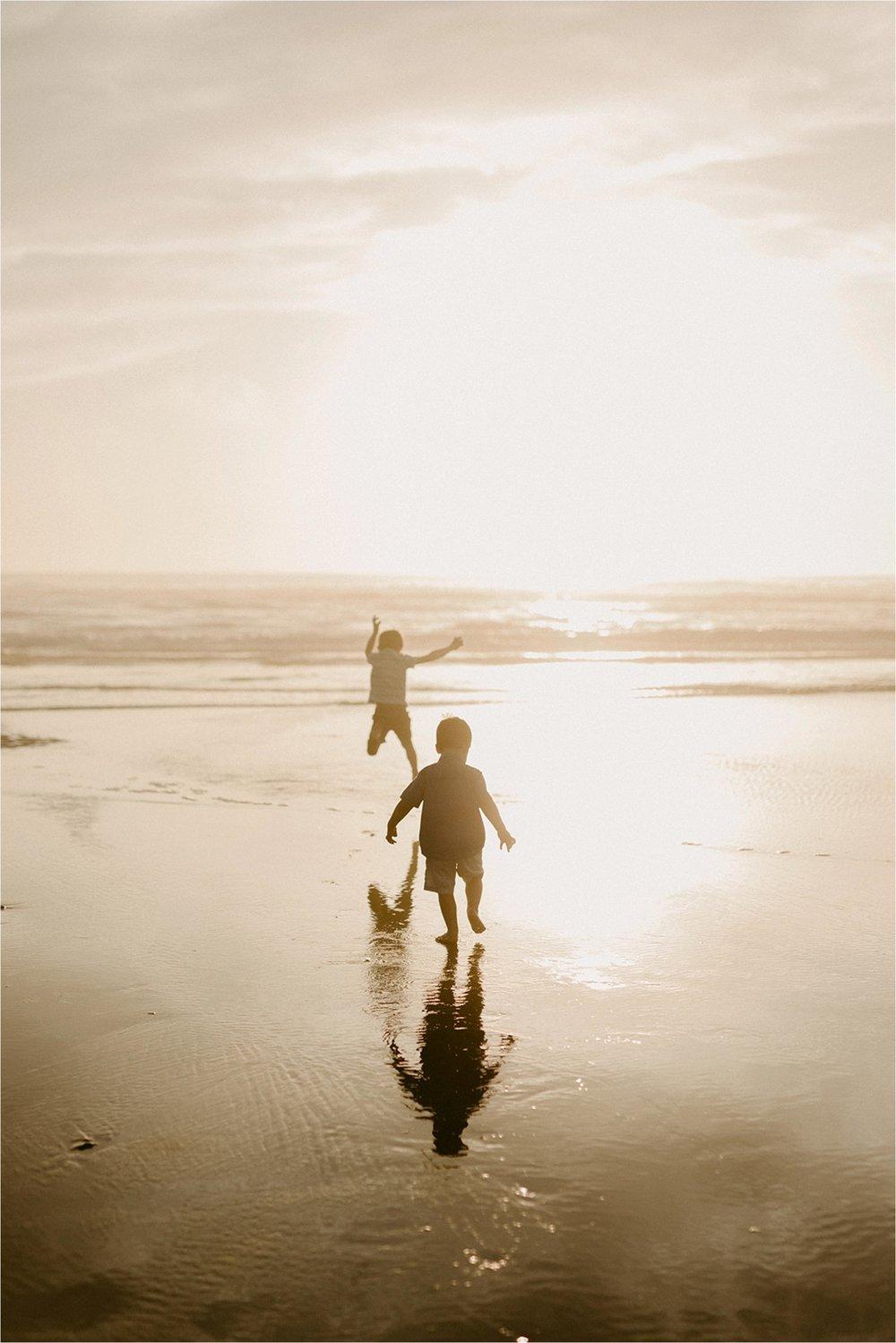 oregon-coast-dramatic-sunset-family-session_0004.jpg