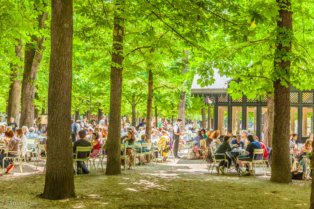 People dining outdoors, Jardin du Luxembourg, Paris, France.