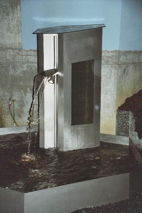 Cr/Ni Brunnen mit Klarsichtglas  - aufsteigende Luftblasen sichtbar