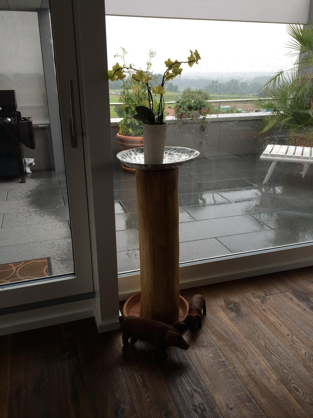 Bombiertes Alublech auf Holzstamm