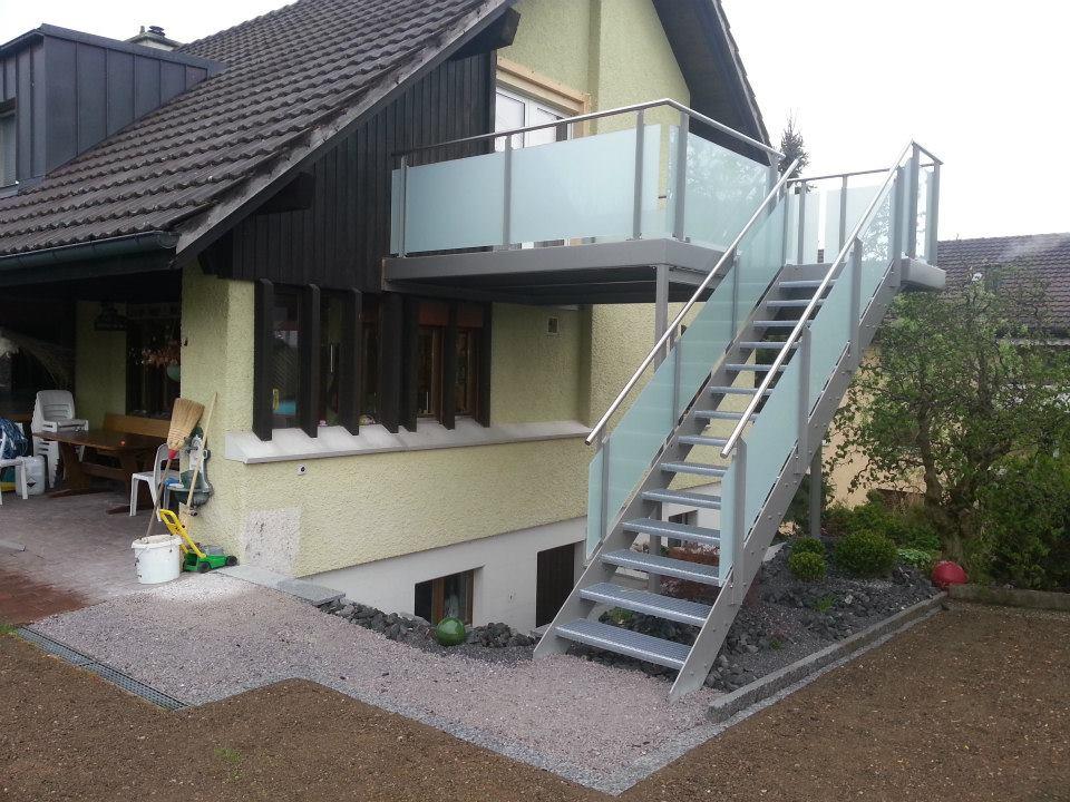 2) Balkon mit Treppe und Geländer, Einfamilienhaus Lenggenwil.jpg