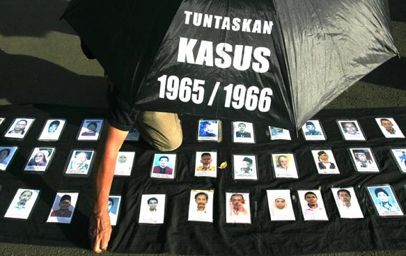 "Seorang aktivis Jaringan Solidaritas Korban untuk Keadilan (JSKK) saat  ""Aksi Kamisan"" pertama setelah perayaan ke-65 Kemerdekaan RI di depan Istana Negara, Jakarta, Kamis (19/8)."