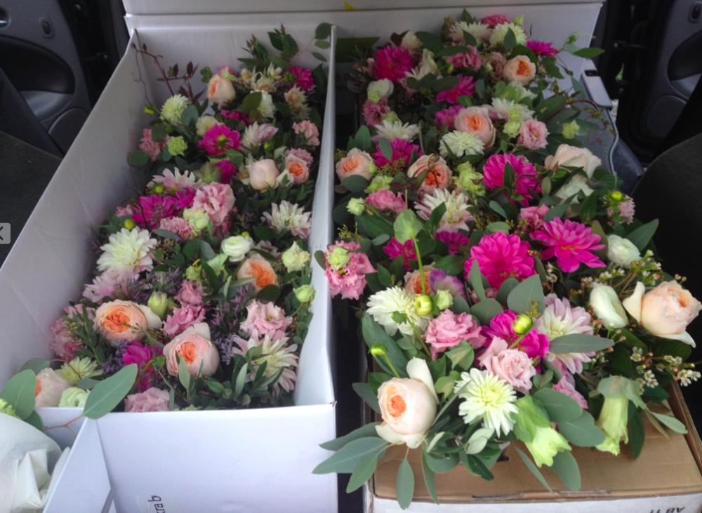 Blomsterarrangemang i vita Waldemarsuddekrukor. Tänk att få arbete med de vackraste av vackra blommor: austinrosor, dahlior, blushing bride.