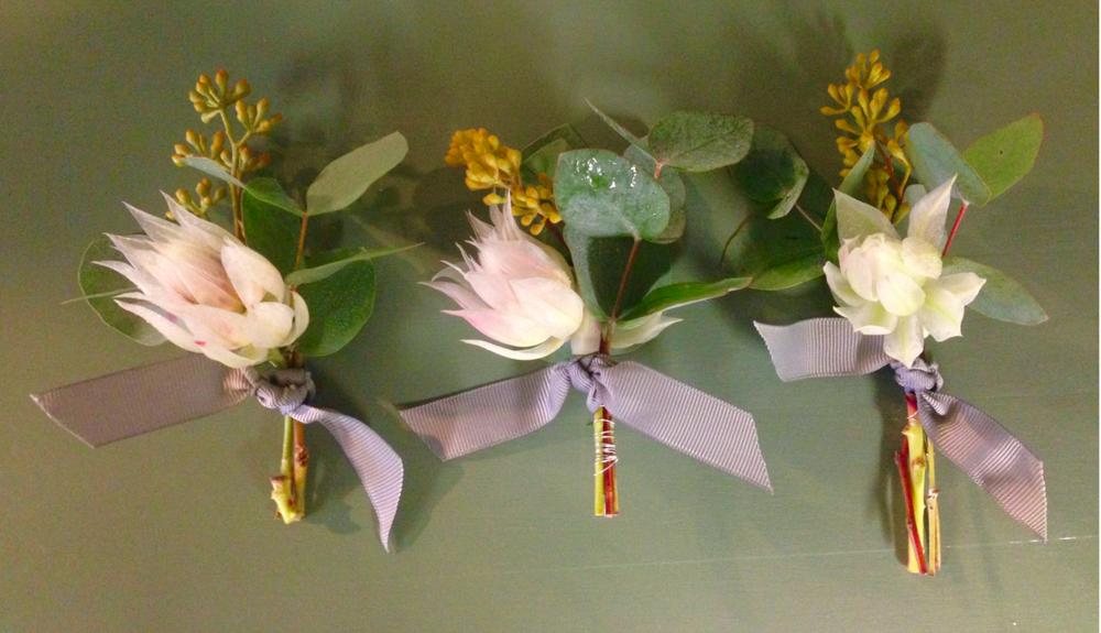 Corsage med puderrosa blushing bride och vackra ljusgrå sidenband - så klart!