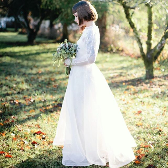 Autumn is around the corner! 🍂 🌞🌲 Photography by @kelwardphotography  Flowers by @morning_glories_floral  Bride @rubiksanonymous