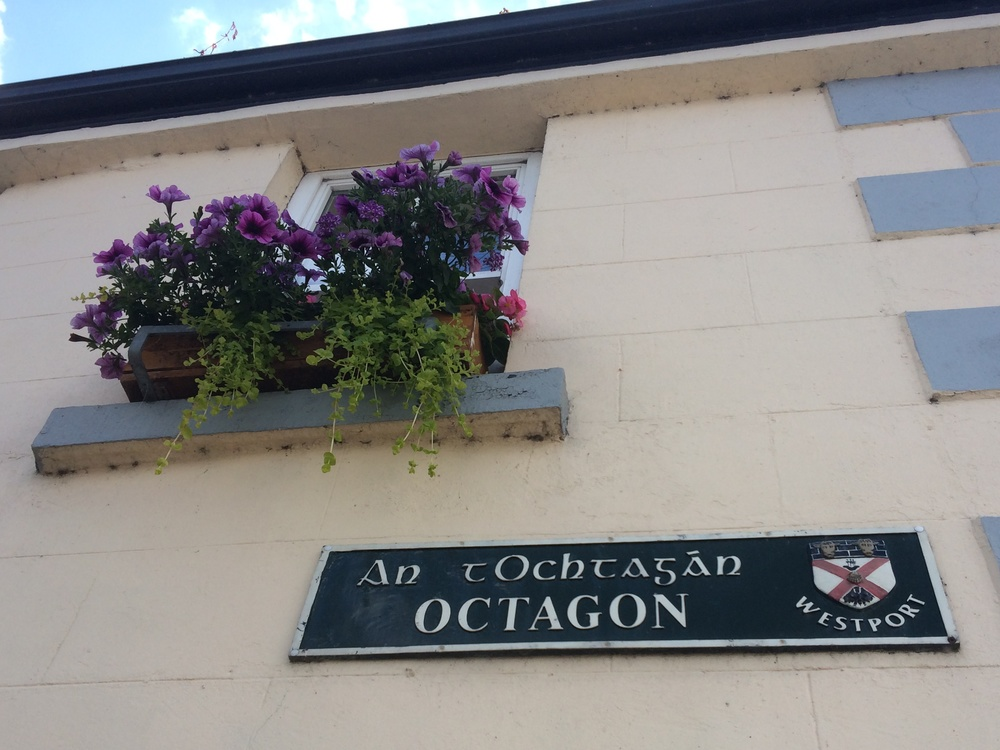 A street sign in Westport. All signs are in Gaelic as well as English.
