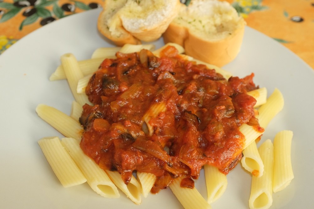 Penne pasta with sauce and garlic bread