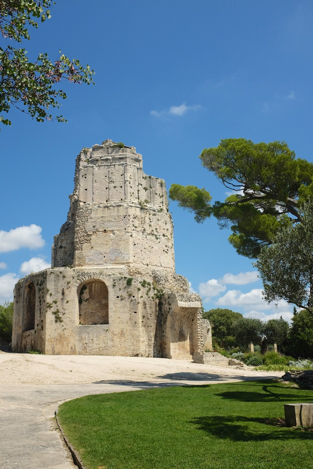 Day 42 historical nemausus nimes we chase summer - Tour magne nimes ...