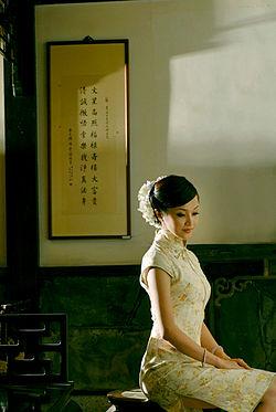 Qipao_woman.jpg