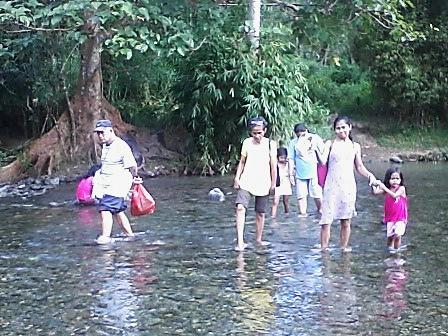 PLM Dumagat Missions in the mountainous wider Manila area: crossing rivers with food aid to reach the natives of Karahume Mission - a weekly trip.