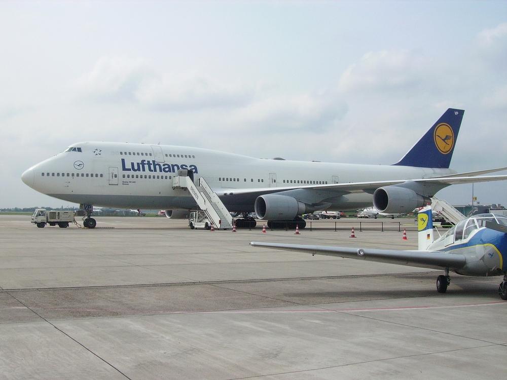 Boeing_747_Jumbo_Jet_D-ABVP_Bremen_B