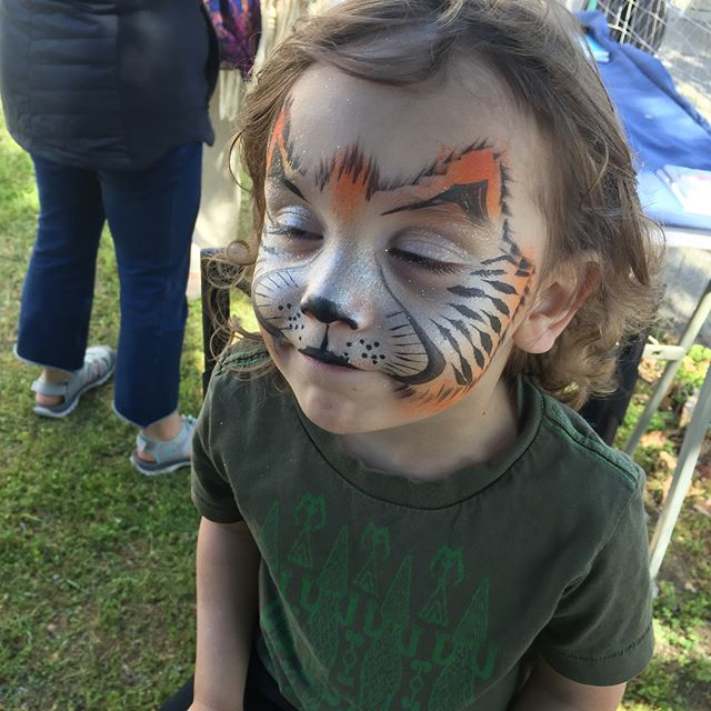 What a treat to paint at the @abramsclaghorn art pop-up festival! Amazing vendors, crafts & art! Thanks so much for bringing us out. Check out their studio - stunning collection up right now! #facepainting #bayareaevents #professionalfacepainter #familyfun #familyentertainment #notjustforkids #wynazzpizzazz #artfestival