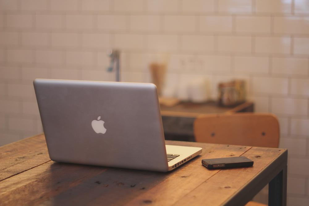 desk-macbook
