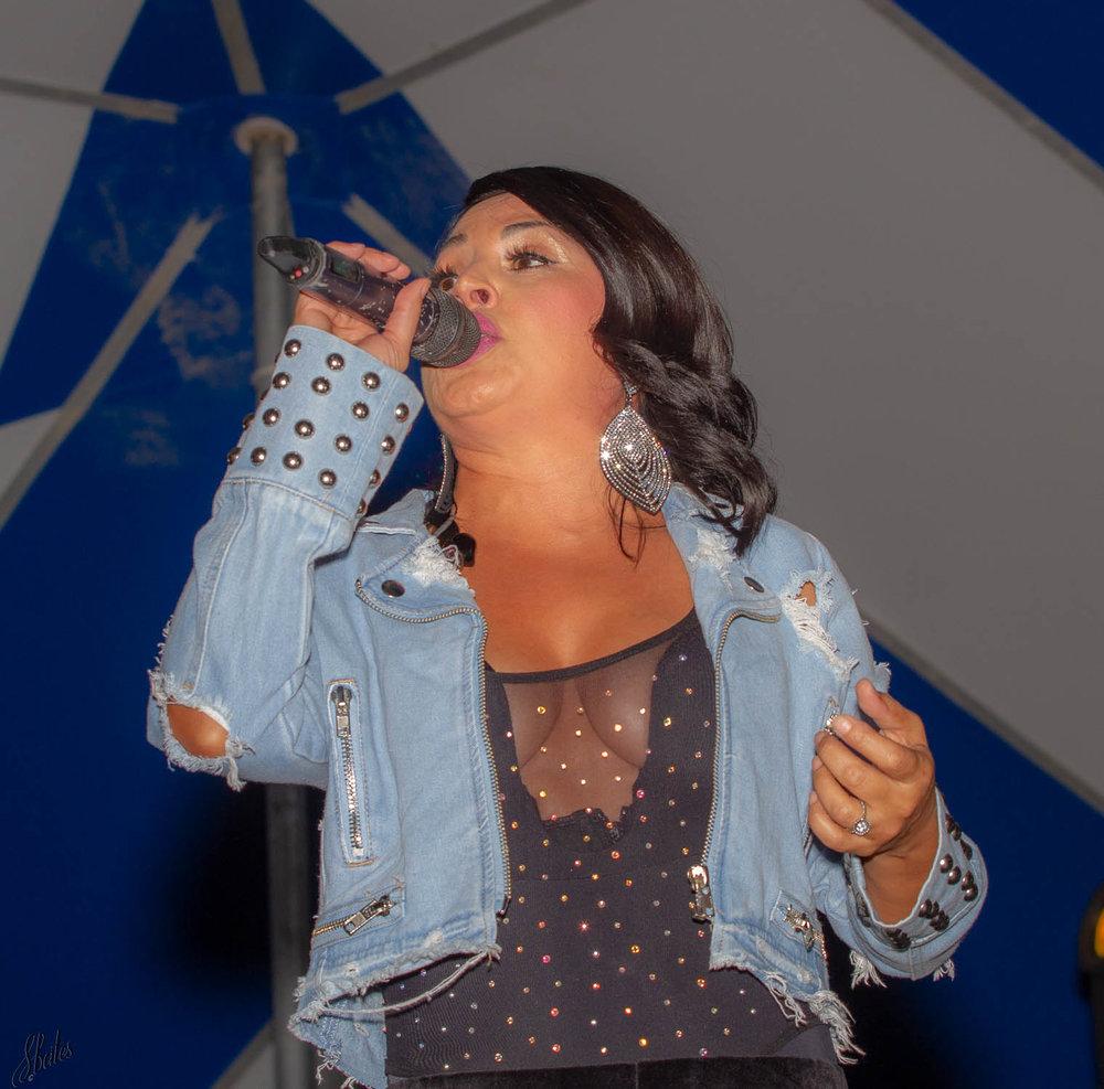 La Reina, a Latin singer.