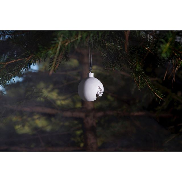 A little summary of our #happyholidayguide2017 ☃️🎄to find the most beautiful #gifts for your loved ones. • www-the-game-online.com • #thegameonline #thegamedesignstore #brussels #onlineshop #webshop #design #christmasshopping #giftideas #snarkitecture #brokenornament #snowmanornament #hem #napkins #teatowel #moustache #mirror #etagere #flowerpot #valerieobjects #cutlery #maartenbaas #weekend