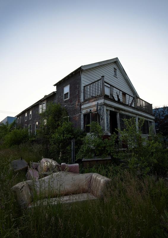 """Hylätty koti. Detroit, Michigan. """"2000-luvun taitteesta lähtien Detroit on tunnettu paikkana, jonne amerikkalainen unelma ryömi kuolemaan. Kaupunki on menettänyt 60 prosenttia asukkaistaan sitten 1950-luvun."""""""