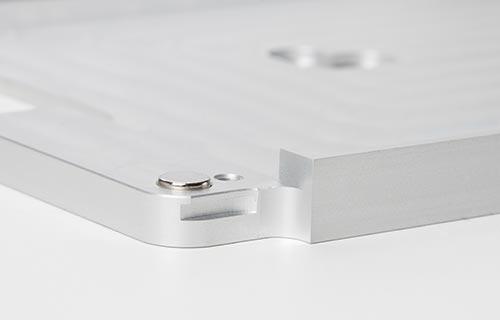 """igényes kidolgozás - - Belgiumban készített termék- szögletes vagy lekerekített változat- egy tömb minőségi alumíniumból készül- színek: szálcsiszolt alumínium, fekete, fehér- iPad és iTouch méretben (iPad mini 1-2-3-4, iPad 5, iPad Air 1-2, iPad Pro 9.7""""-12.9"""", iPod touch 5-6)"""