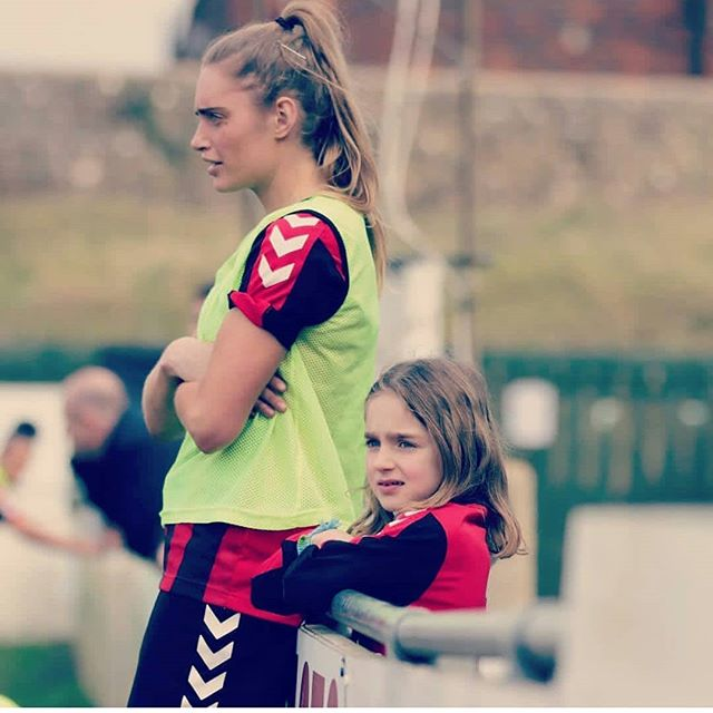 Love this photo of @lewesfcwomen striker Georgia Bridges with a young fan, taken by @gingeraction  Using it to draw attention to my blog post for @shekickspix on why I'm happy about the teams recent promotion. The importance of #rolemodels plays a big part 😜🙌 Link to Blog in bio.