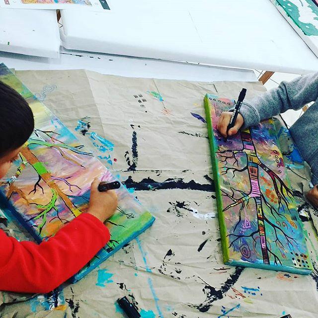 Hoje começamos o dia a inventar  árvores! Trabalhinho do Lourenço e do Vicente, de 5 e 7 anos 😉 #arteparacrianças #arte #kids #artstudio #artclass #painting #pintura #colors #areeiro #lisboa #lisbon #portugal