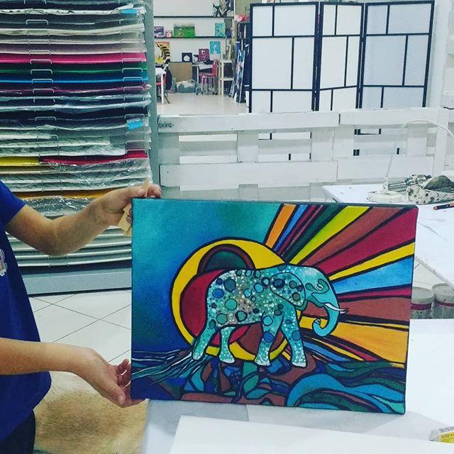 Hoje foi dia do Rubim acabar a tela 😀  #artstudio #arteparacrianças #pintura #arte #painting #colors #areeiro #lisboa #lisbon #portugal #elefante #elephant #animals #animalover #sol #sun