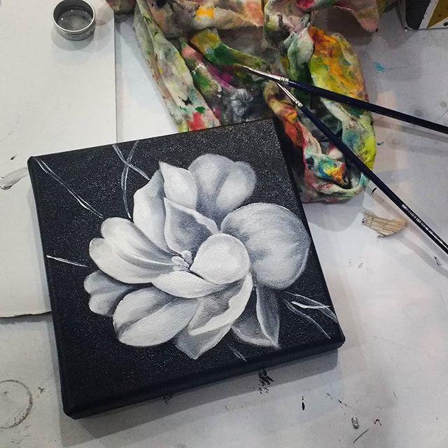 Pintura da Bea :) #ateliervss #arteparacrianças #oilpainting #arte #artstudio #artclass #kids #flower #flores #blackandwhite #areeiro #lisboa #lisbon #portugal
