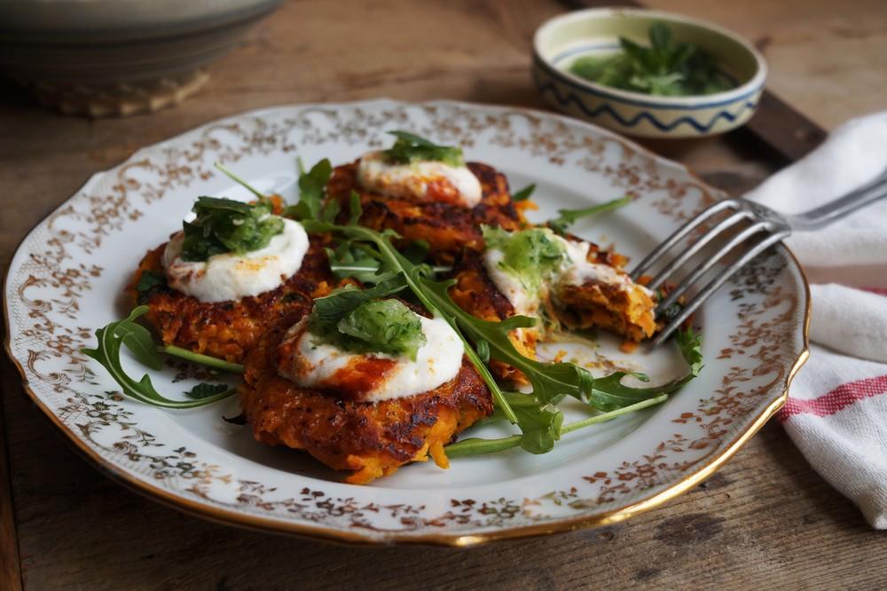 Cuisine de Clementine - zoete aardappelkoekjes met harrisayoghurt & komkommer