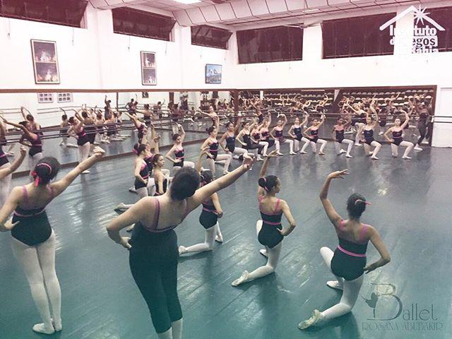 As meninas estão trabalhando duro, ensaiando para o espetáculo Emoções! Não perde, é no dia 13, terça-feira, no Teatro Castro Alves. Os ingressos estão à venda na recepção da escola e na bilheteria do teatro. E lembre-se; todo o dinheiro arrecadado será revertido para o Instituto de Cegos da Bahia. Ajude nós a construir um futuro melhor. #institutocegosdabahia #espetáculoEmoções #emoções25anos #emocoes #bailarinaBRA #balletrosanaabubakir #rosanaabubakir