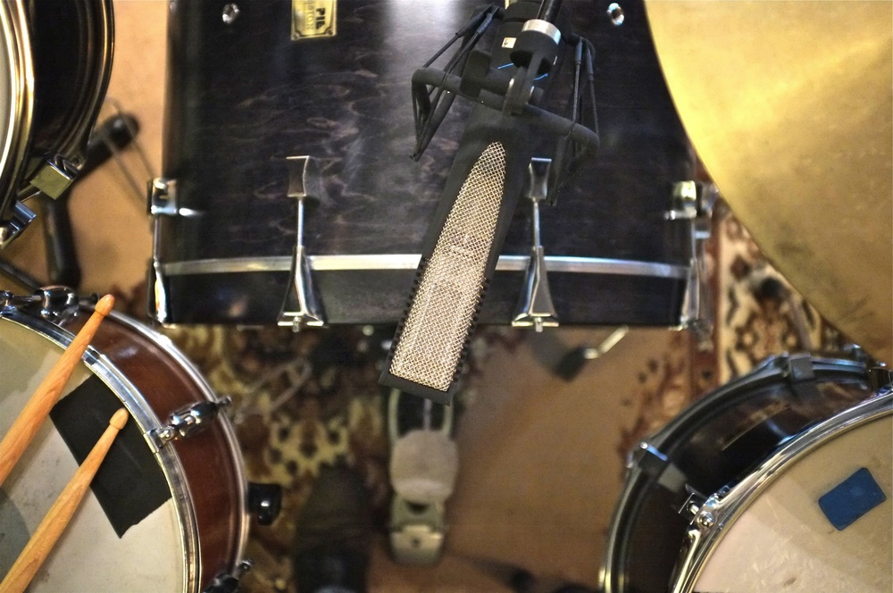 Atop a kick drum, the RNR1 picks up the highs from above and all the low frequency energy from below, while simultaneously rejecting the snare and ride.