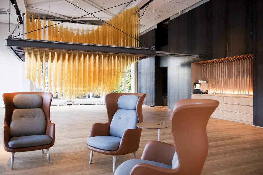 PROSJEKTER  Lysdesigner Arve Olsen i Light Bureau har spesialdesignet lysdetaljer som integreres i den faste innredningen for Lundin- kontoret på Lysaker.                     Les mer her