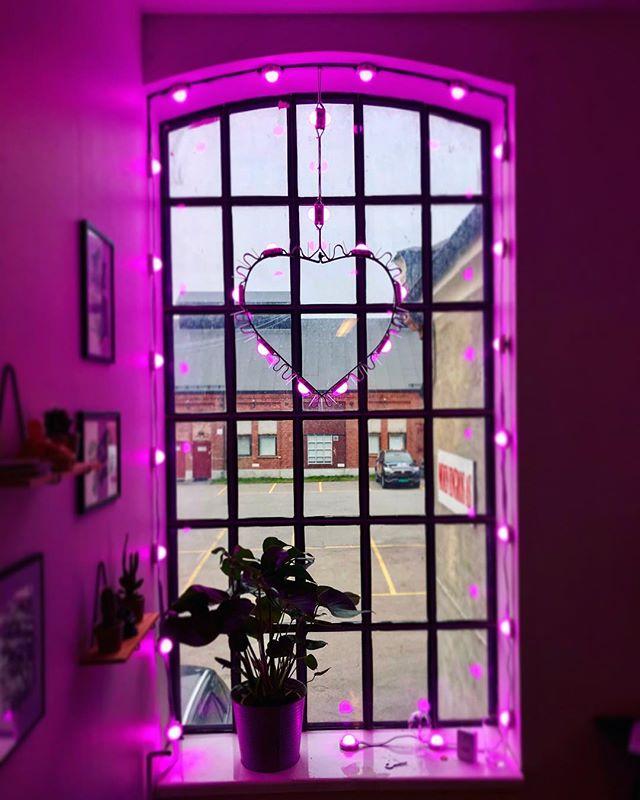 Rosa sløyfe aksjonen er godt i gang og NLmedlem @lyspitt bidrar vakkert med #pinkoffice