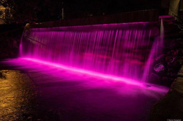 @timekommune markerer #rosasløyfe med lekker ny belysning av fossen på Bryne, Lysdesign av NL medlemmer @halvor63 & @marlinmartinsen