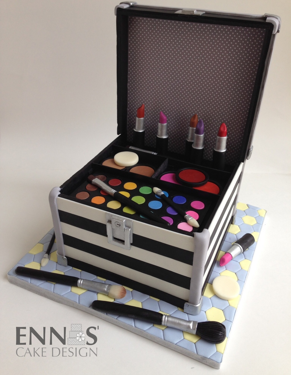 Makeup Kit Cake Design : Sculpted Cakes   Ennas  Cake Design