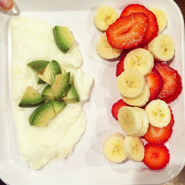 This morning i REALLY wanted egg whites and avocado but also was craving strawberries and my favorite fruit, bananas!...so why not eat both! Happy Wednesday 😊 #rdapproved #phillydietitian #eggwhites #postgymfuel