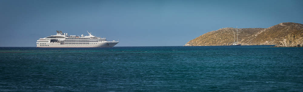 Le Lyrial anchored off Delos