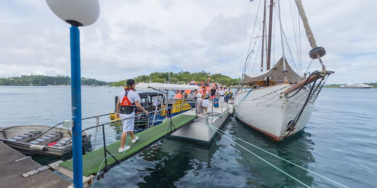 Port Vila - Passengers arriving by Tender