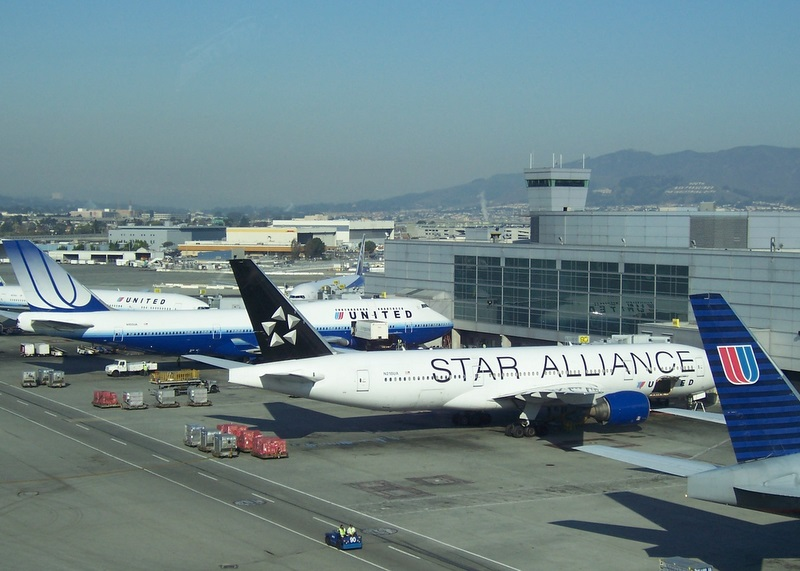 This photograph, taken several years ago at SFO, has two versions of the old United logo. Photo:   Bostonalejandro /Wikimedia